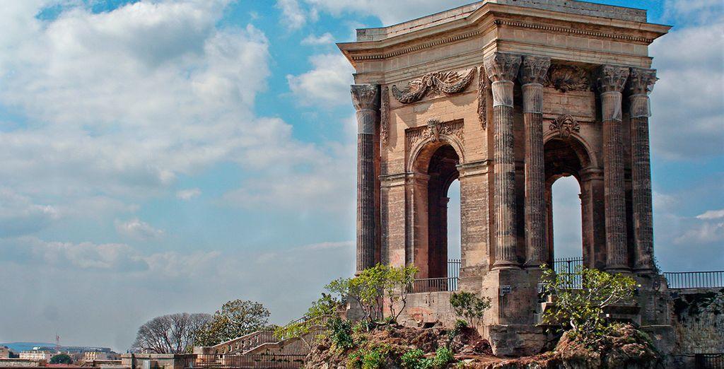 El majestuoso Arco de Triunfo en los Jardines Peyrou