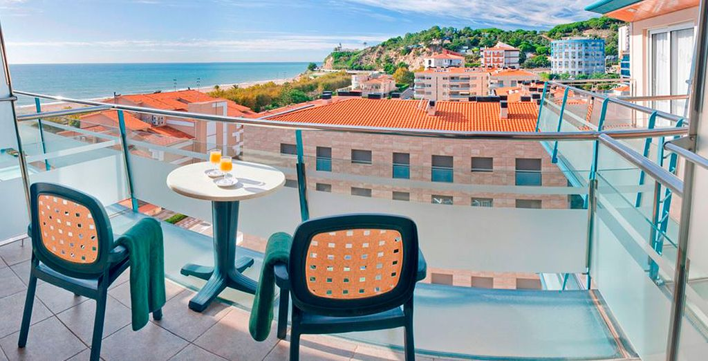 ...y un balcón con vistas al mar o a la piscina del hotel