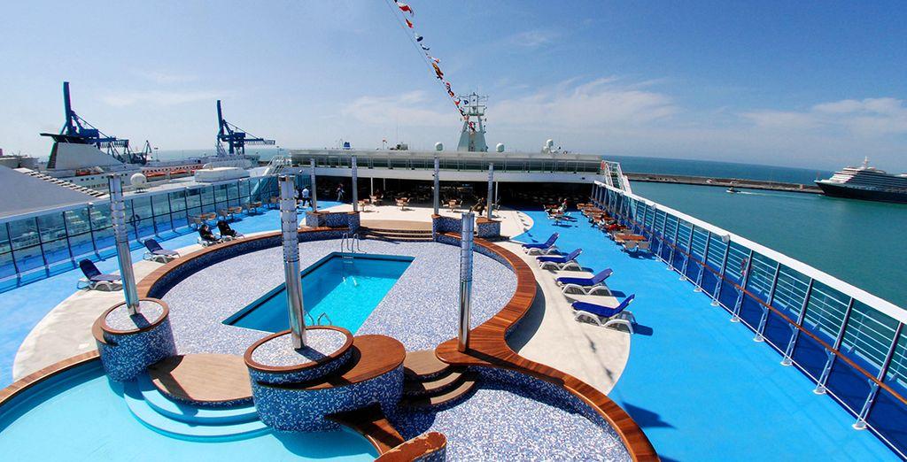 Refréscate en la piscina del barco