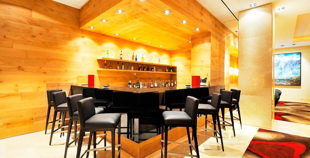 Toma un cóctel en el Lobby Bar Daikan