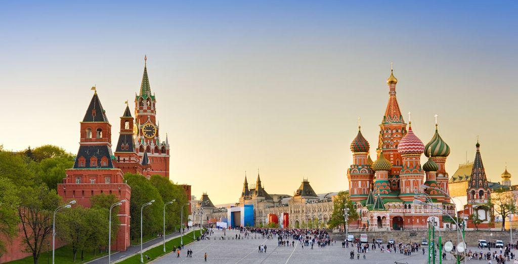 Allí conocerás la famosa Plaza Roja, la más bella y grande de la capital