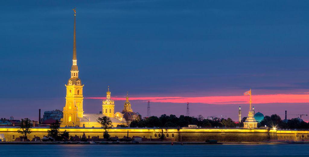 Una imagen de postal con la Fortaleza de San Pedro y San Pablo de fondo