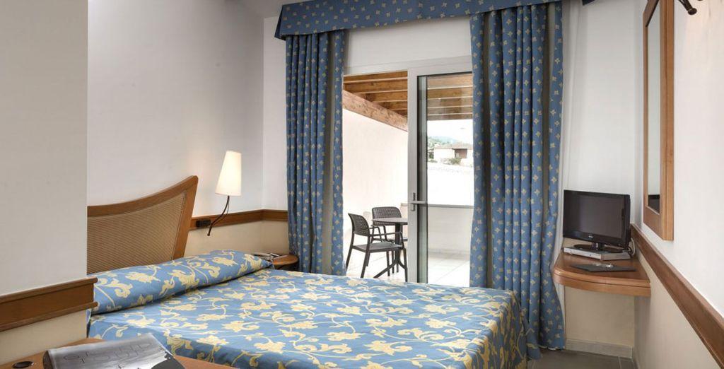 Descansa en su amplia y elegante habitación Clásica