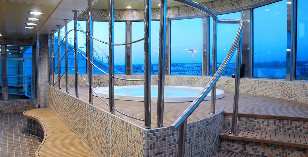 Situado en el puente 9, el wellness center de a bordo dispone de sauna, baño turco, jacuzzi,...