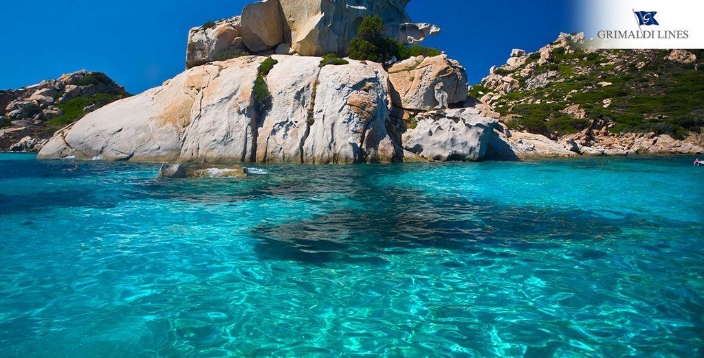 Báñate en hermosas playas de aguas transparentes y de arena fina y brillante