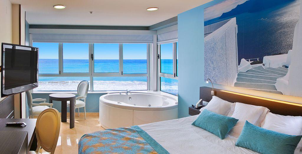 Podrás disfrutar de las vistas al mar desde el jacuzzi de tu habitación