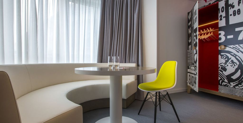 Muebles multifuncionales, barra de sonido, iluminación refulable, arte...
