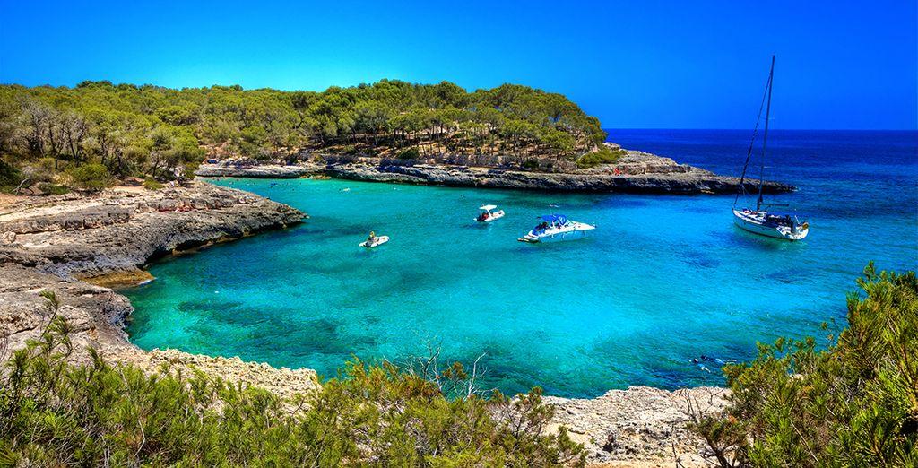 Su clima, la belleza paisajística, sus playas de aguas transparentes y su valioso patrimonio artístico...
