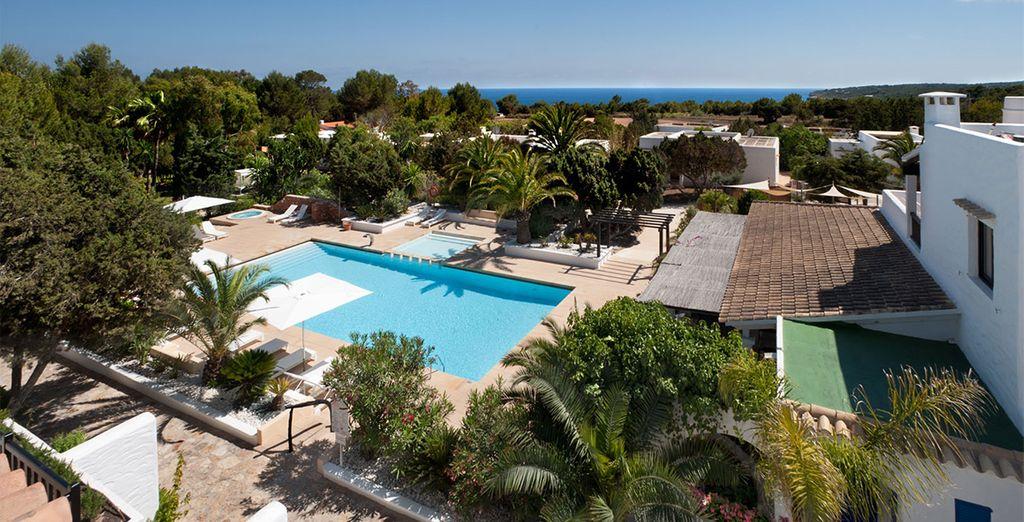 Cuenta con una piscina con solarium, jacuzzi y pista de tenis