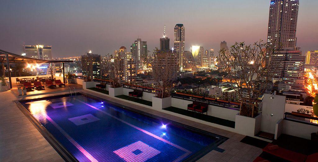 Refréscate en la piscina del hotel, situada en la azotea, ofrece unas espectaculares vistas a Bangkok