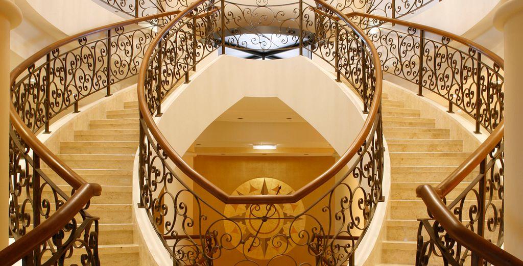 La elegante escalinata de la entrada