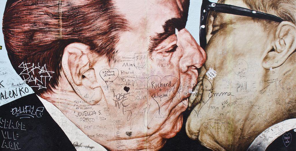 Beso entre Breznev y Honecker en el muro de Berlín