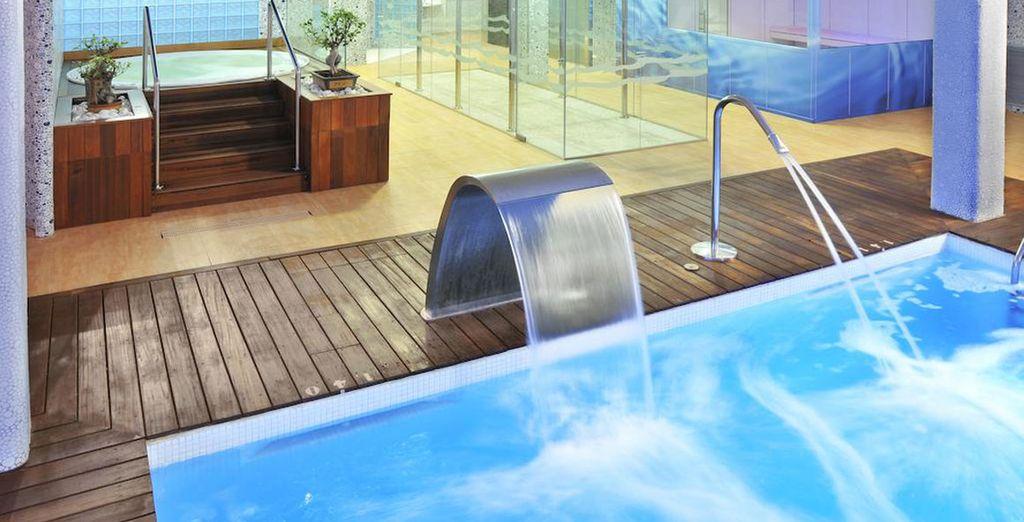 Zona de spa con ducha secuencial bitérmica, pleniluvio, baño turco...