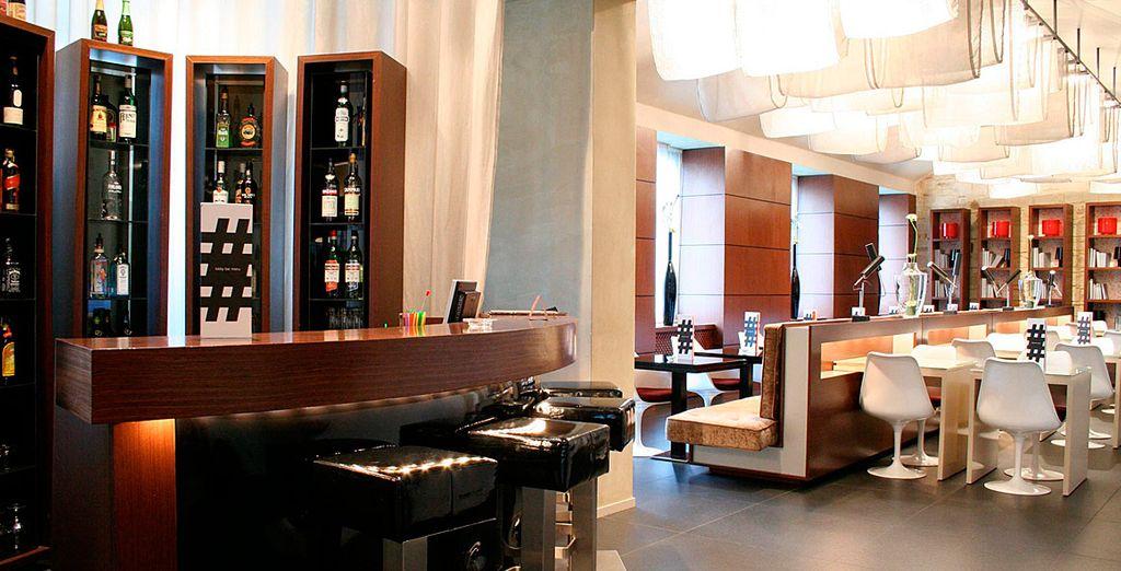 En el elegante salón-bar se sirve una amplia gama de bebidas