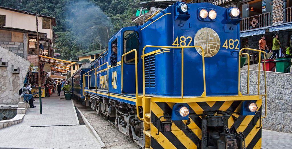 El recorrido hacia Machu Picchu empezará con un viaje en tren hasta el pueblo de Aguas Calientes