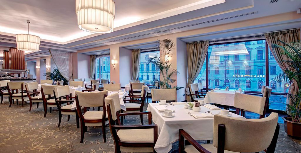 Disfruta de una buena cena en el Imperial Restaurant