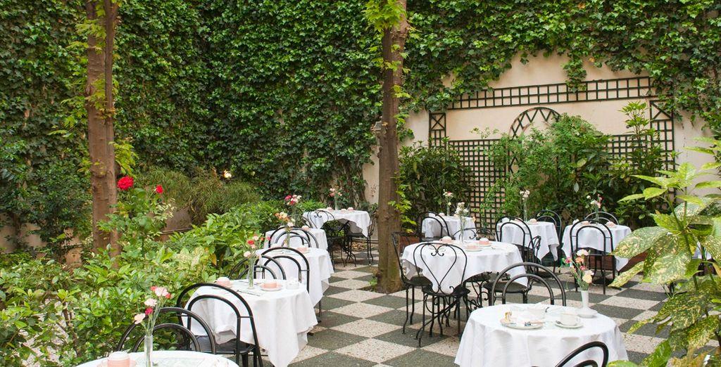 El patio interior con su verde jardín te ofrecen serenidad y tranquilidad