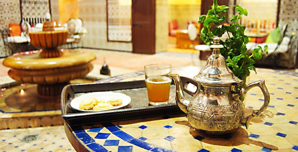 A tu llegada disfrutarás de un delicioso té de menta y pastas típicas marroquíes en la terraza del hotel