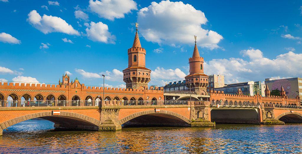 Pasea por Oberbaumbrücke, ubicado junto a la conocida East Side Gallery