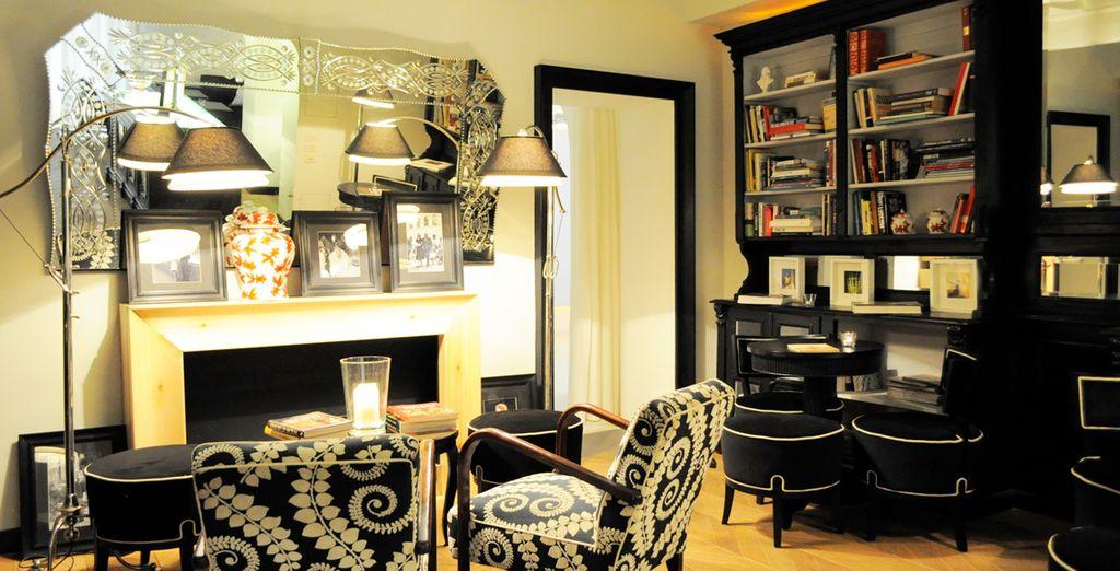 Sala de lectura del Cellai Hotel con antigüedades y cuadros originales
