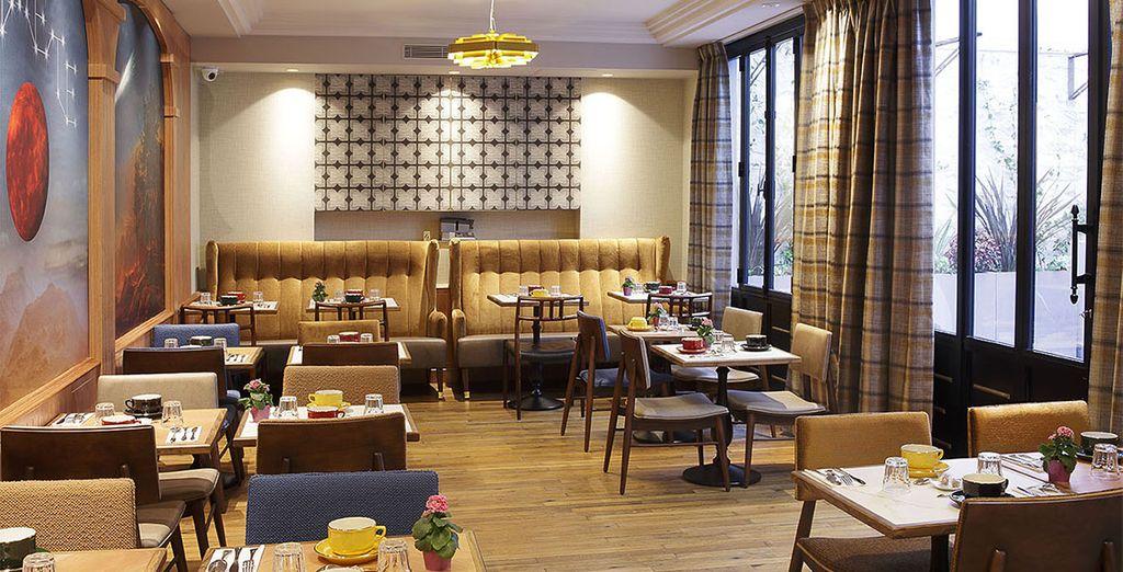 Disfruta de tu desayuno incluido en una sala que sigue la decoración del resto del hotel