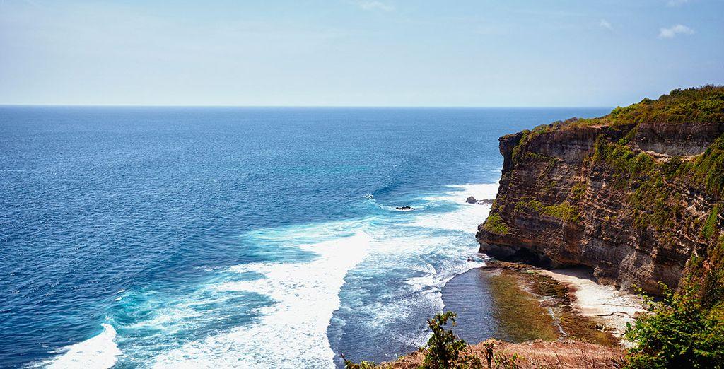 Observa el horizonte sobre el océano Índico