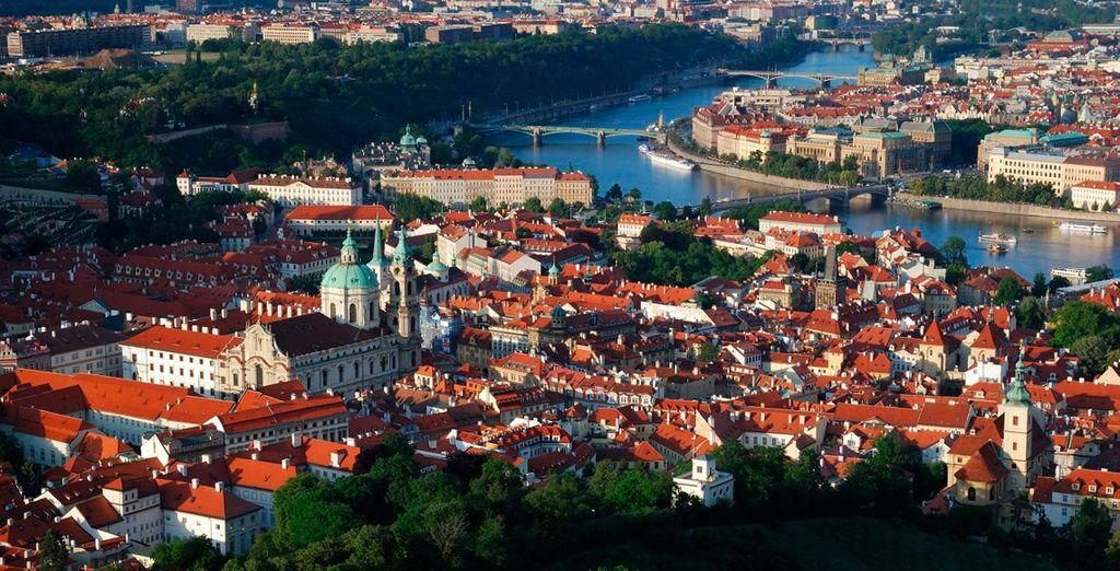 El río Moldava atraviesa la ciudad