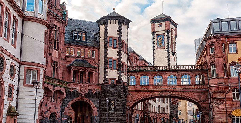 Su centro histórico con sus típicas casas alemanas contrasta con el skyline al fondo