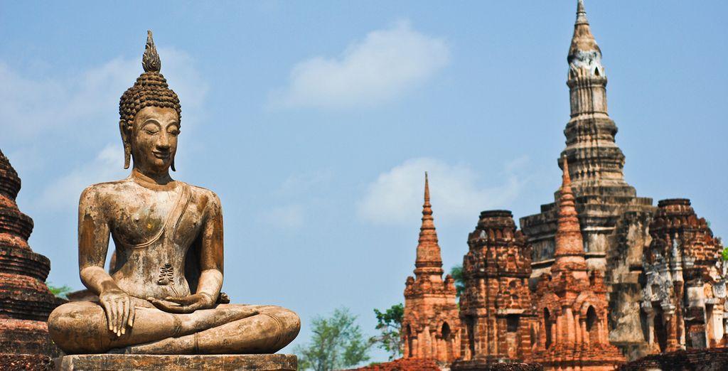 Contempla sus ruinas budistas de Sukhothai, declaradas Patrimonio Mundial por la UNESCO