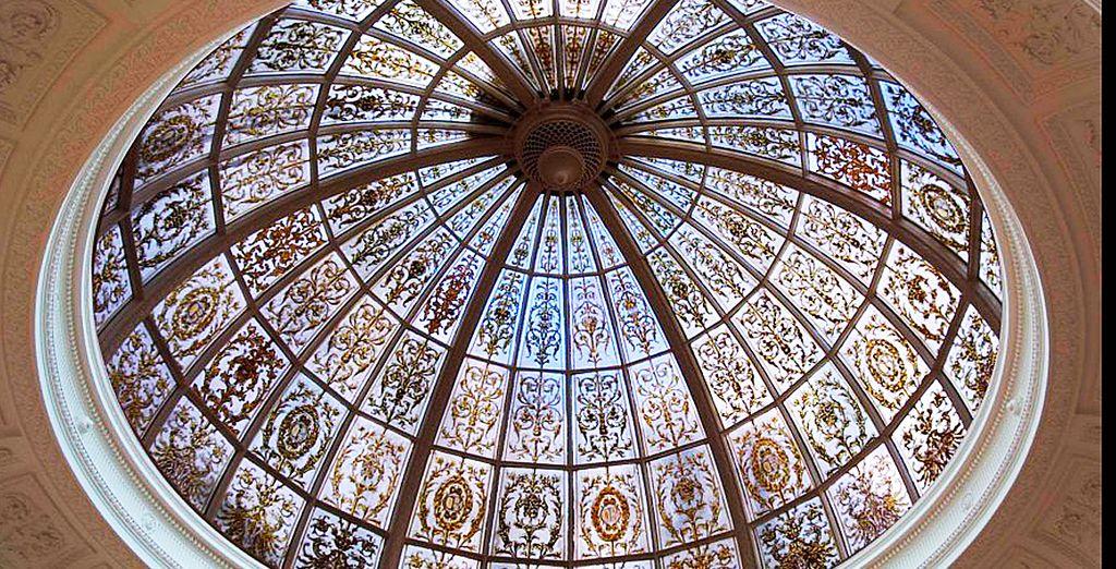 Disfruta de la cúpula interior con vidriera que data del 1856
