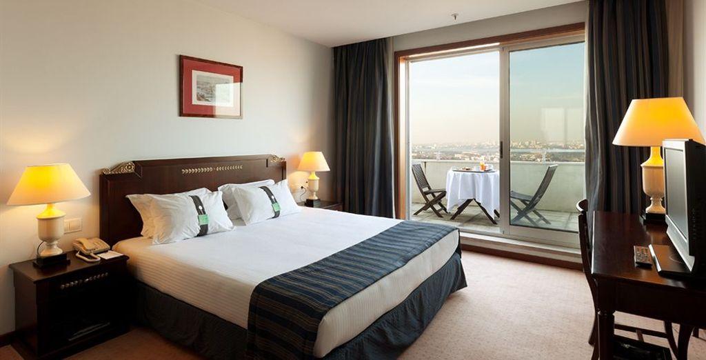 Descansarás cómodamente en tu habitación con vistas al río