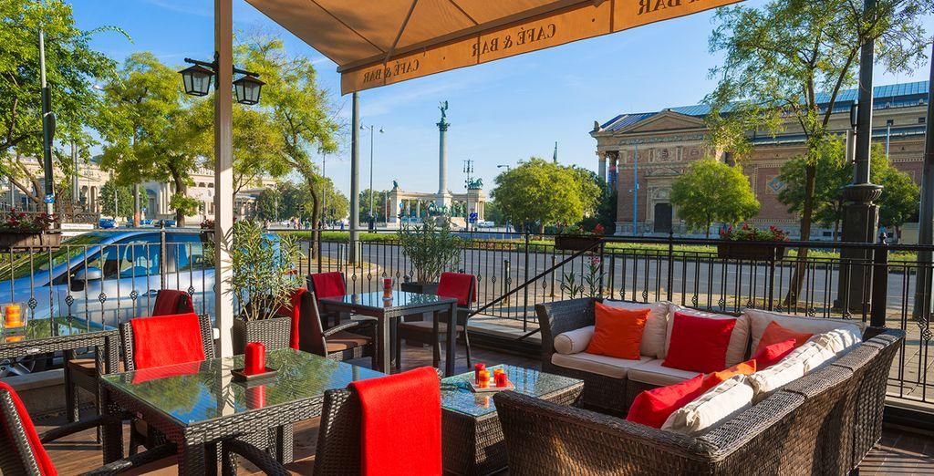Disfruta de la terraza con una vista impresionante de la Plaza de los Héroes