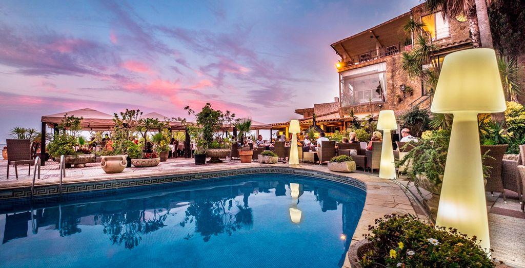Un hotel ideal con piscina exterior donde darte un baño o relajarte al sol