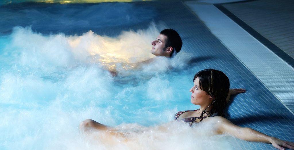 Disfruta de tu acceso diario a la piscina termal activa, al parque termal y al gimnasio