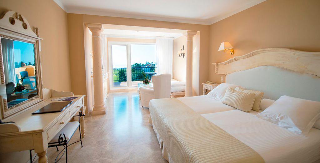 O en una amplia y confortable habitación Superior