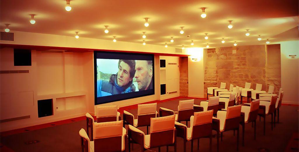 Disfruta de proyecciones de películas en uno de sus sótanos