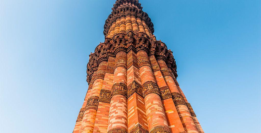 Impresionante Minarete de Qtub Minar, de 72 metros de altura
