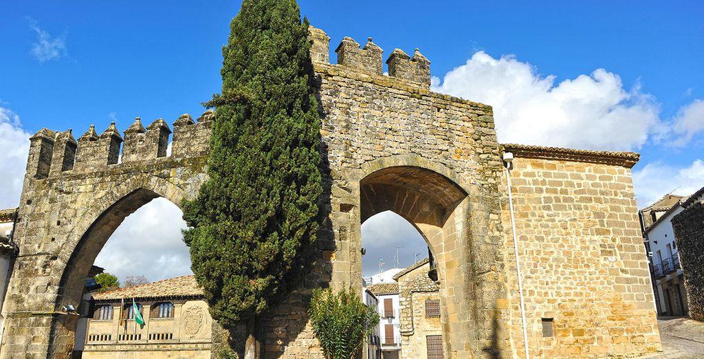 Calles estrechas, portones de madera y muros de piedra