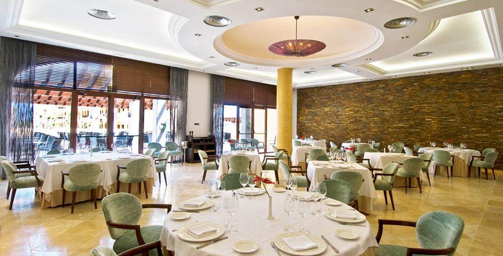 Una amplia variedad de suculentos platos te esperan en el restaurante
