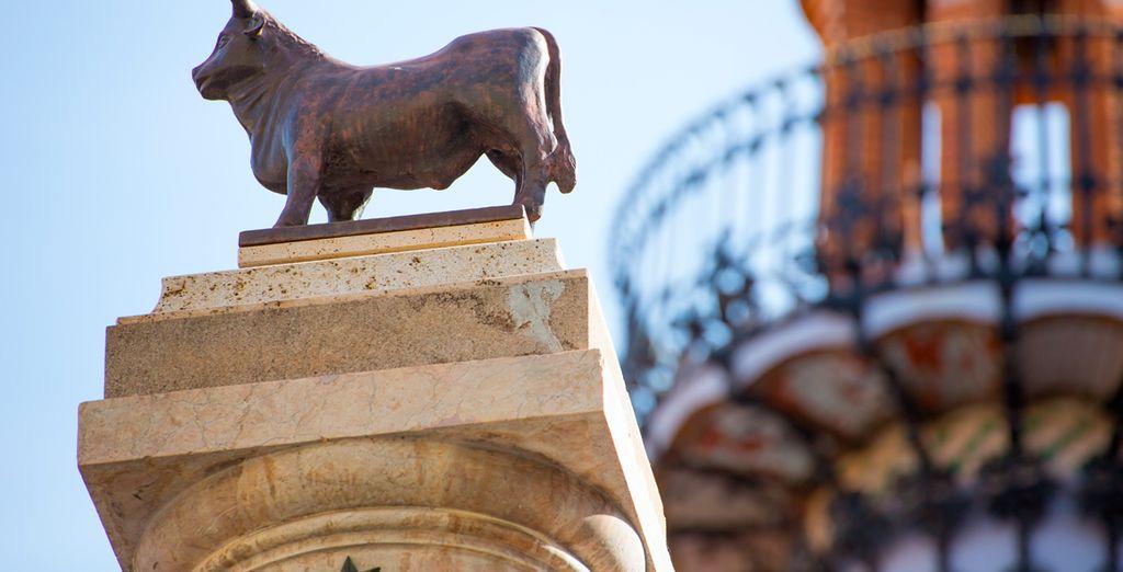 Además, en pleno centro de la ciudad, puedes contemplar la estatua de El Torico