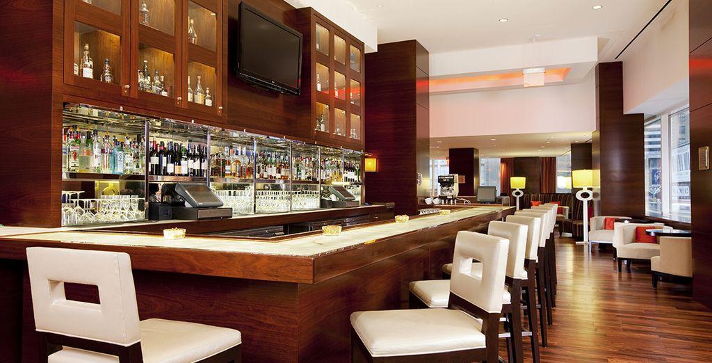 Toma tu copa favorita en Broadway 49 Bar & Lounge