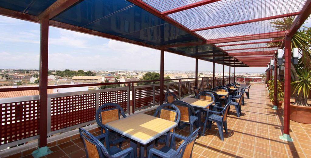 Toma un aperitivo en la terraza y disfruta del buen clima