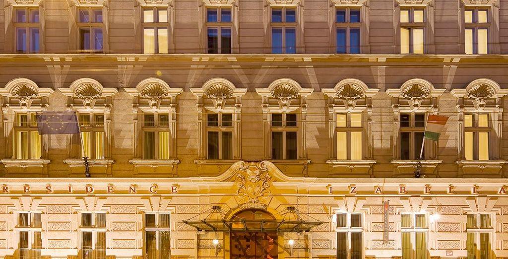 Una imponente fachada te dará la bienvenida a Mamaison Residence Izabella 4*