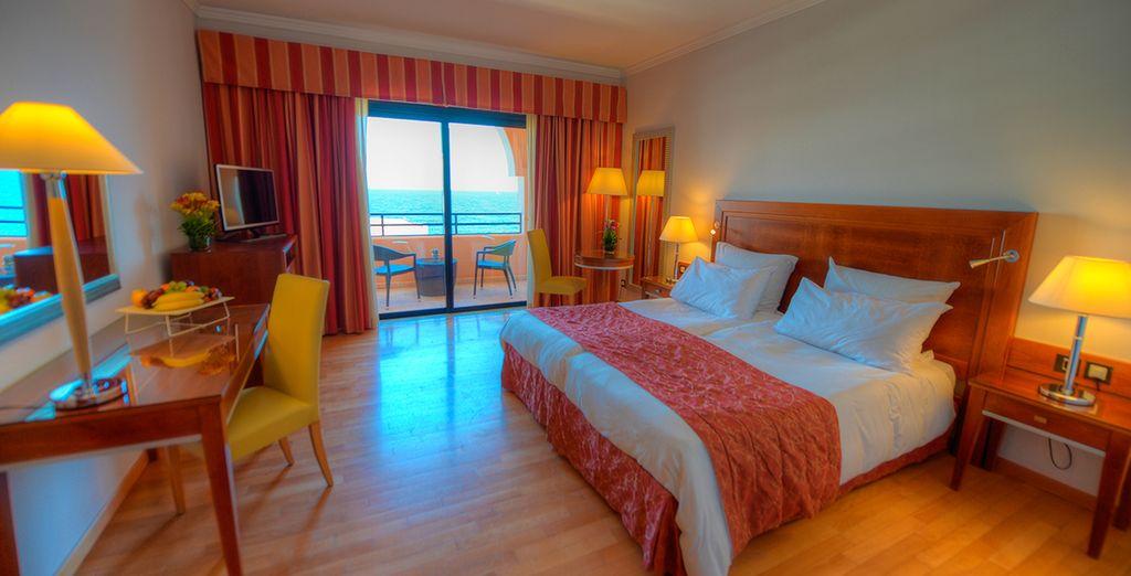 Te alojarás en una habitación Deluxe con vistas al mar