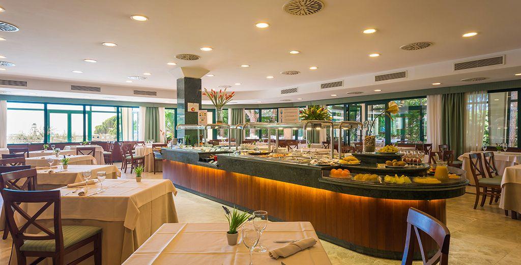 Degusta exquisitos platos en el restaurante del hotel