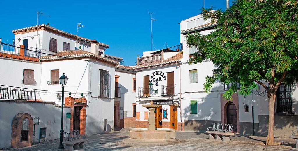 Pasee por risueños lugares como la  Plaza de Fátima