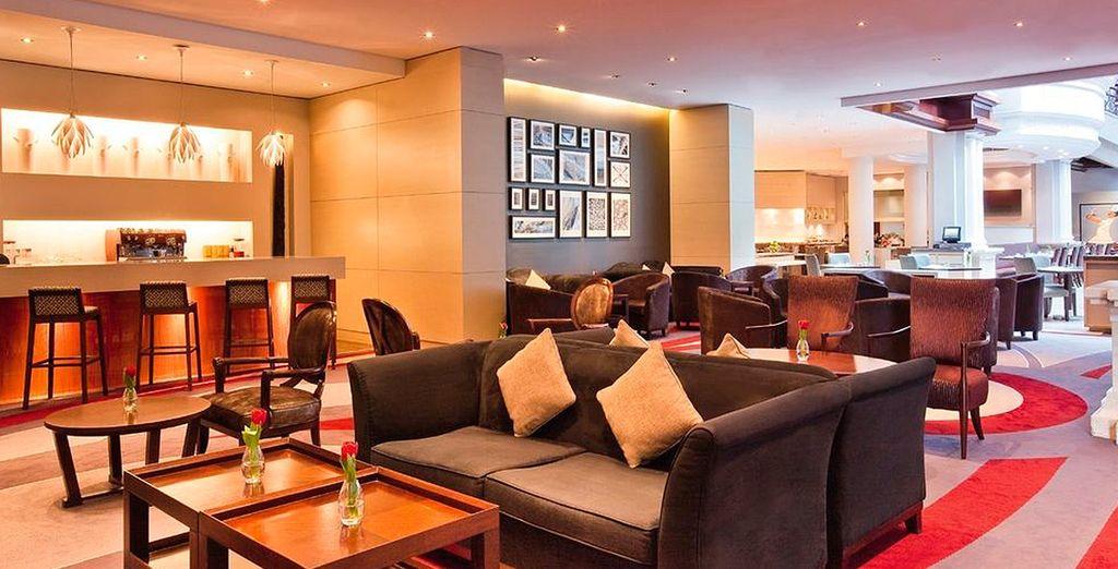 Te alojarás en el elegante Mövenpick Hotel & Apartments Bur Dubai 5*