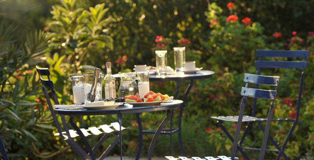 Tome una aperitivo en el jardín