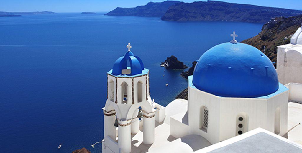 Los edificios blancos con cúpulas azules son características de la isla