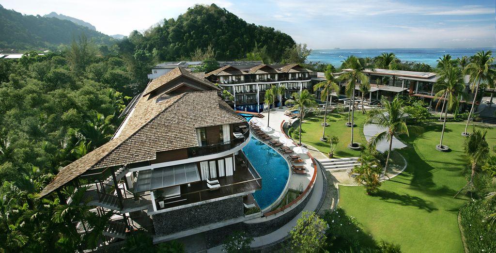 Te alojarás en Holiday Inn Mai Khao Beach 4*